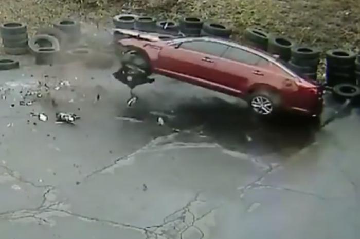 修車廠風水太好?第8輛自己撞進門的客人!