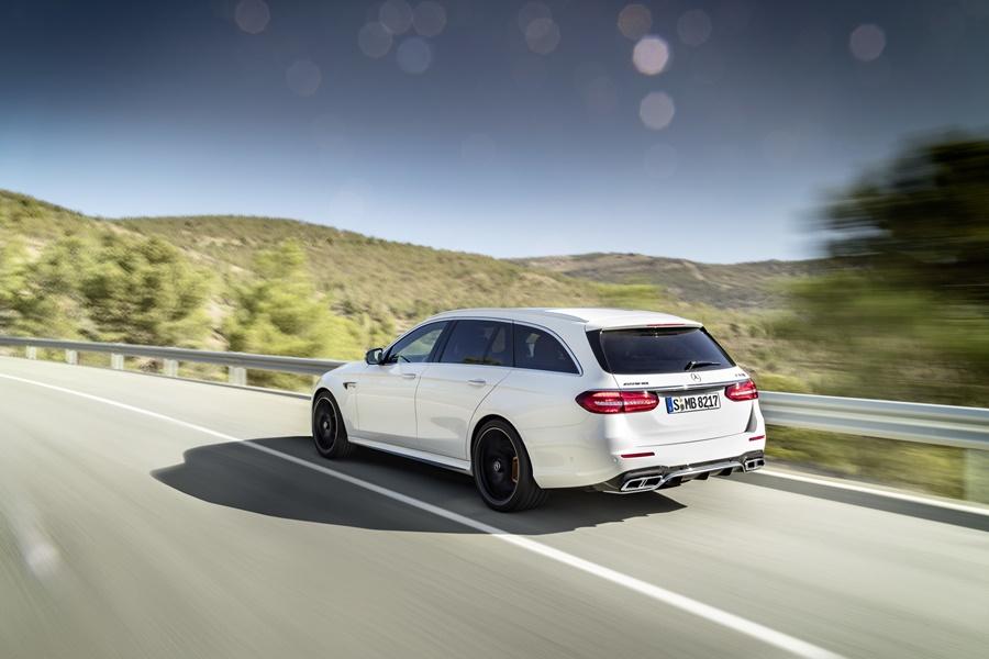 Mercedes-AMG E 63 S 4MATIC+ T-Modell, diamantweiß, Fahraufnahme ;Kraftstoffverbrauch kombiniert: 9,1 l/100 km, CO2-Emissionen kombiniert: 206 g/km Mercedes-AMG E 63 S 4MATIC+ Estate, diamond white, driving shot; Fuel consumption combined: 9.1 l/100 km; combined CO2 emissions: 206 g/km