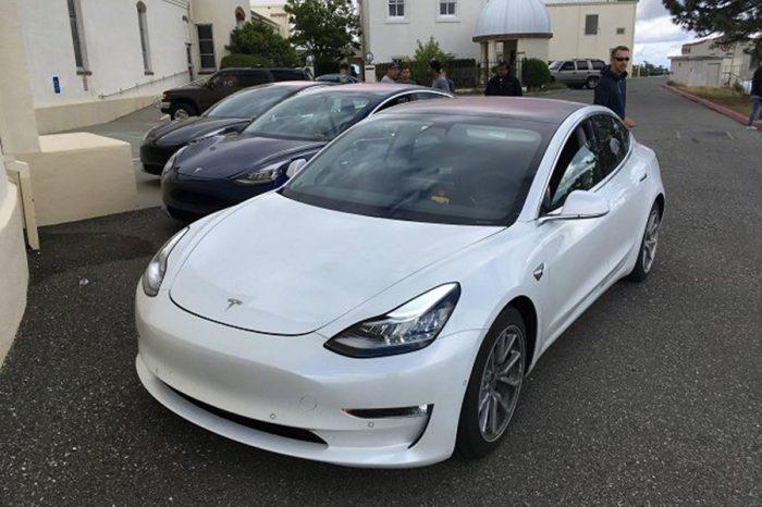 娘子!快跟牛魔王一起出來看Tesla Model 3的內裝!