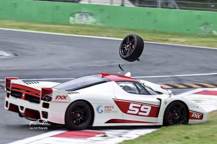 輪子飛了!Ferrari FXX Evo在Monza賽道失控半毀