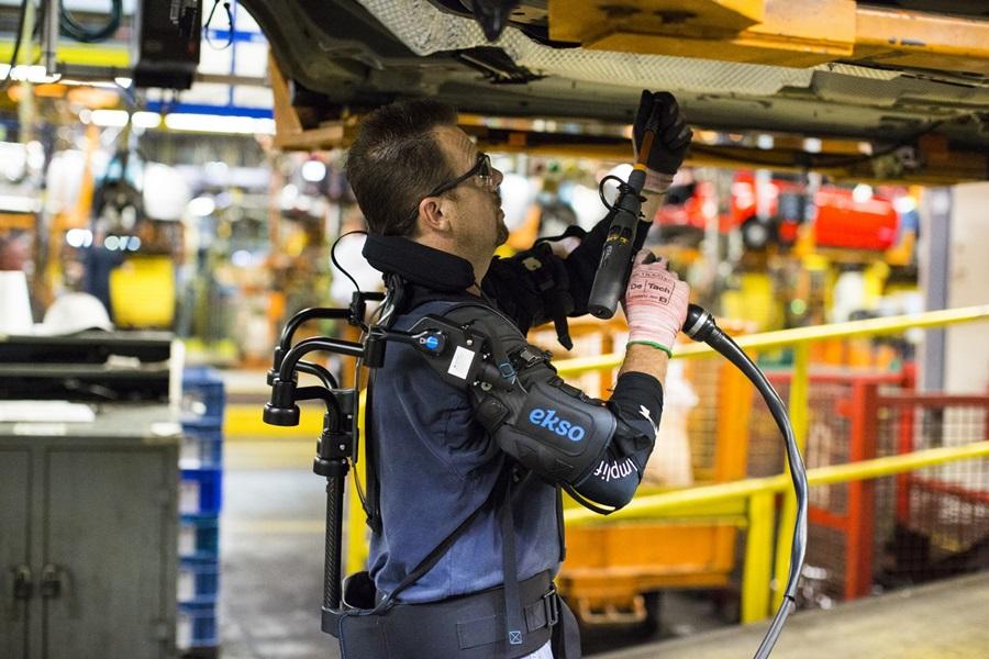 福特生產線工人穿著的機械手臂