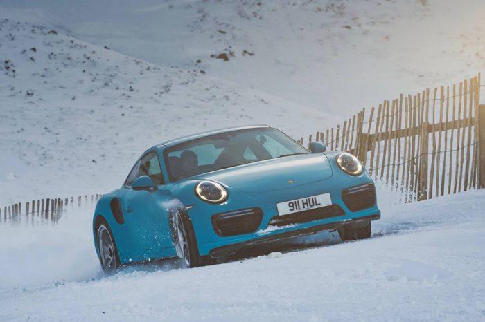 積雪照樣跑!Porsche 911 Turbo S在滑雪道展現自家AWD系統的威力!