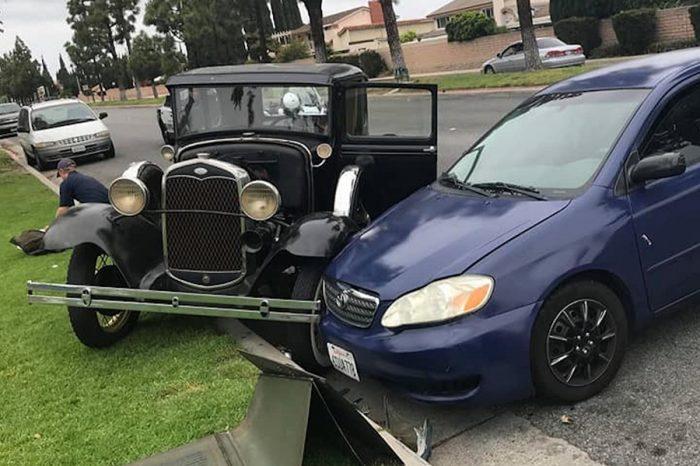 憑什麼!!!Toyota Corolla駕駛分心擊墜路旁的1931 Ford Model A還想逃!
