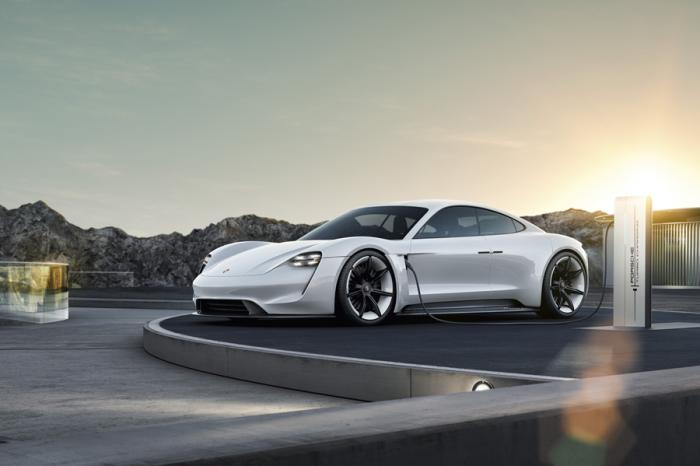 鐵拳!?保時捷旗下首款純電動力超跑正式命名為Taycan!
