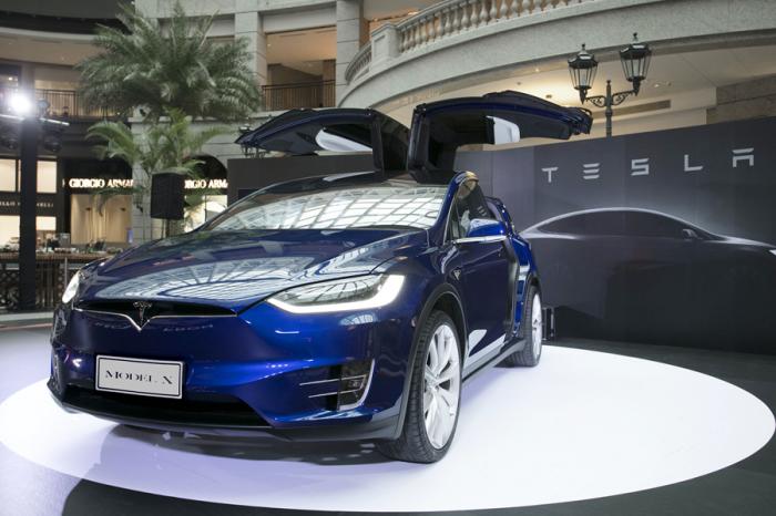 0-100km/h加速僅需3.1秒的Tesla Model X上市!