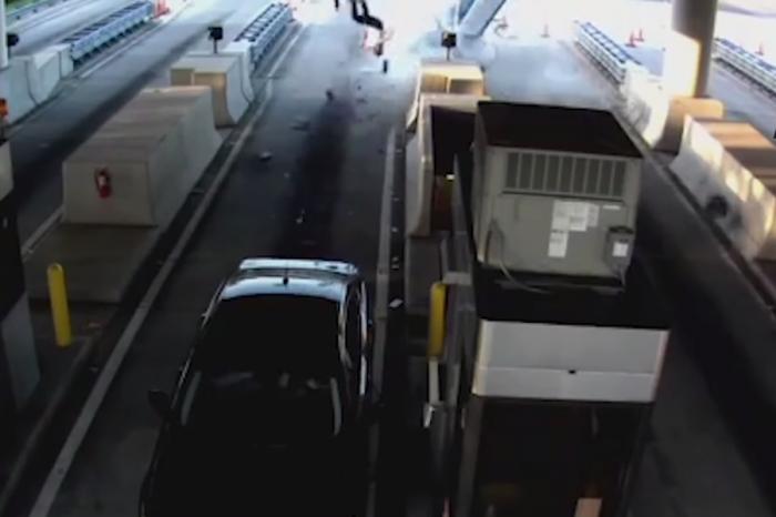 疲勞駕駛?SUV高速衝撞收費站1人彈出!