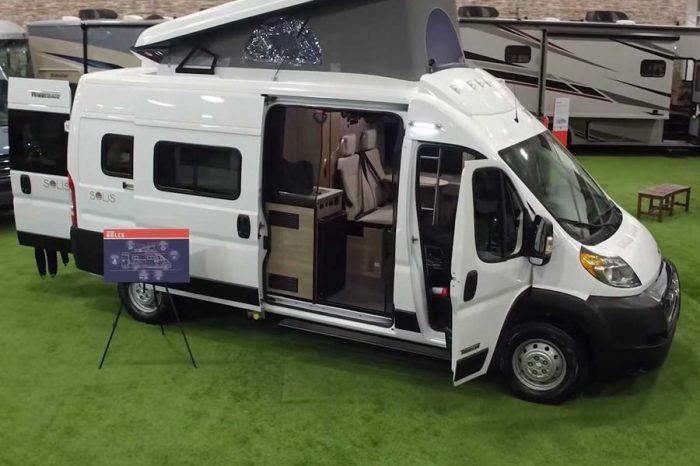 Winnebago推出首輛配備上掀式車頂的露營車「Solis」