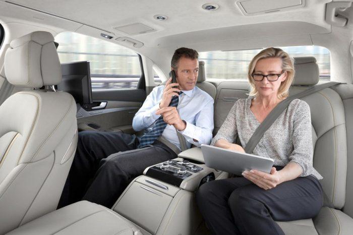無論路程遠近 後座乘客也要養成繫上安全帶的好習慣