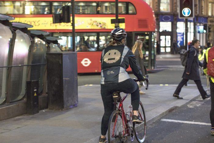 福特開發單車騎士專屬數位顯示安全夾克