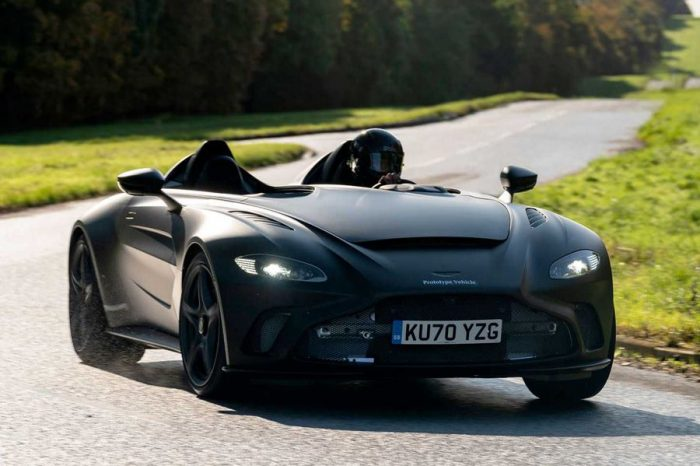 消光黑的Aston Martin V12 Speedster原型車看上去真是肅殺極了