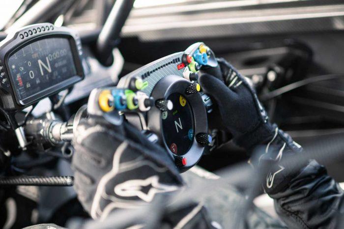 Bentley Continental GT3 賽車的方向盤也能裝在你的賽車模擬器上喔!